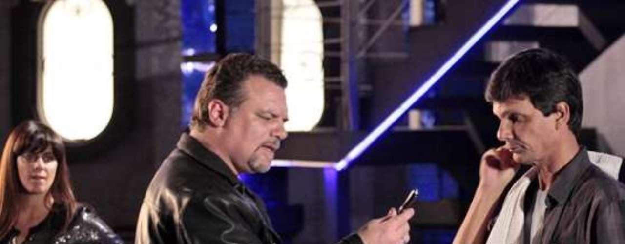Jô (Thammy Miranda) fica nervosa quando Russo (Adriano Garib) encontra a caneta-filmadora dela no chão da boate. O objeto foi usado pela policial para filmar a chegada de Lívia (Claudia Raia) à boate