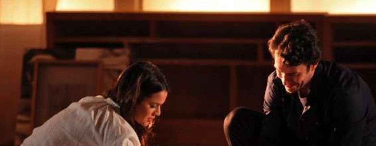 Laerte (Gabriel Braga Nunes) ajuda Luiza (Bruna Marquezine) a arrumar o apartamento novo