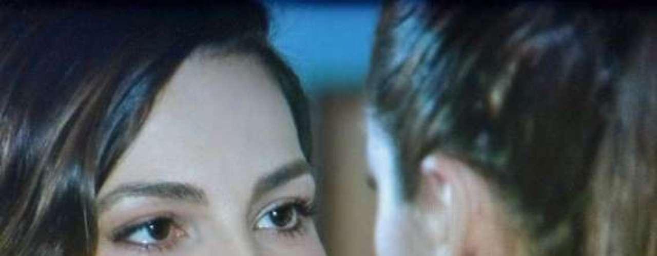 Marina (Tainá Müller) sucumbe à paixão e se declara paraClara (Giovanna Antonelli)