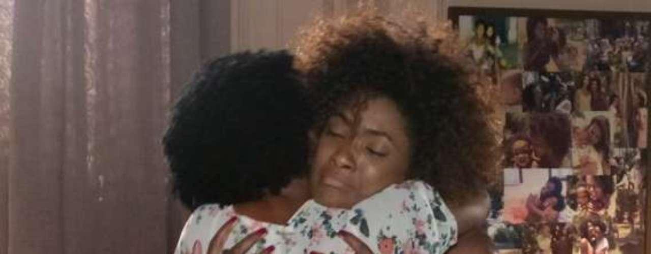 Alice (Erika Januza) e Neidinha (Elina de Souza) se emocionam e se abraçam após a filha dizer que sabe tudo sobre seu passado