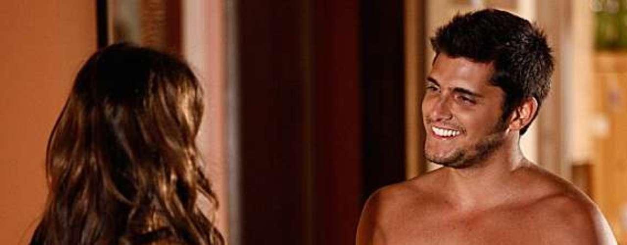 Luiza (Bruna Marquezine) faz uma surpresa para André (Bruno Gissoni) em casa e vê o namorado só de toalha