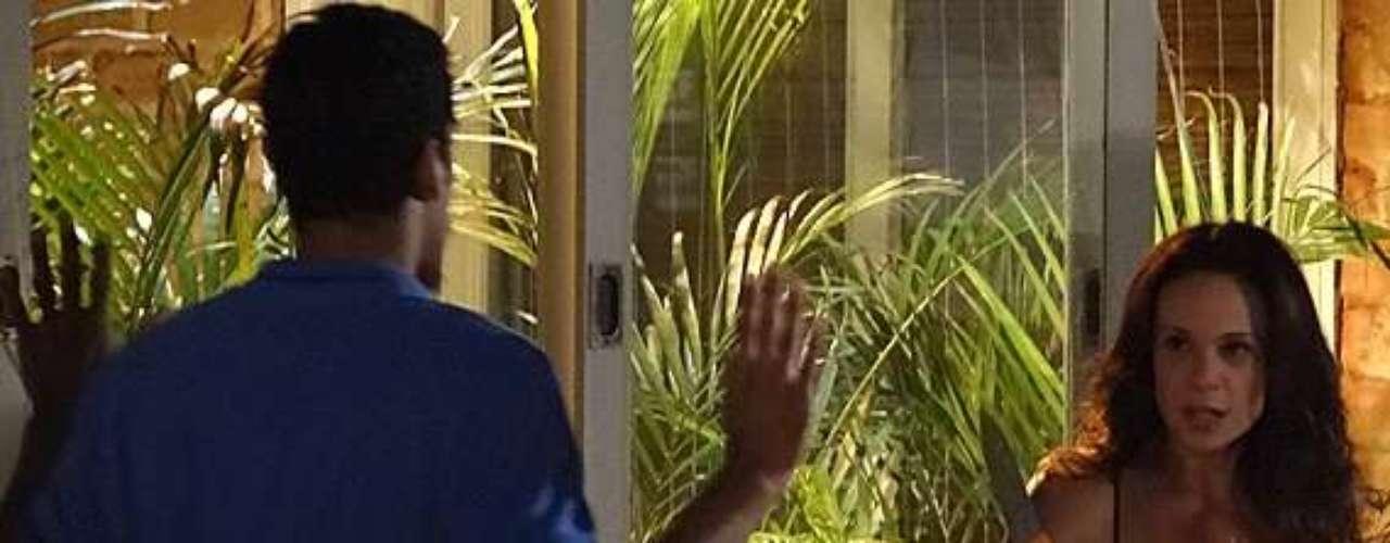 Após ser ameaçado por Juliana (Vanessa Gerbelli) com um facão, o malandro se assusta e recua