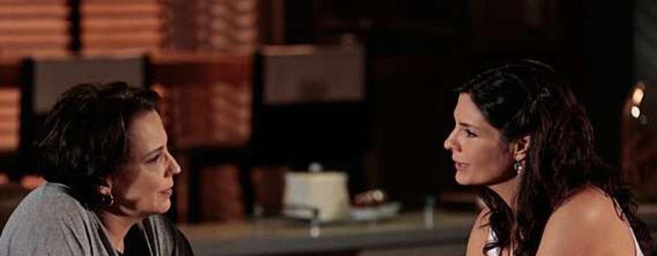 Verônica (Helena Ranaldi) diz a Selma (Ana Beatriz Nogueira) que vai se separar de Laerte (Gabriel Braga Nunes)