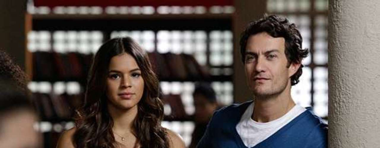 Laerte (Gabriel Braga Nunes) joga charme para Luiza (Bruna Marquezine) enquanto assiste a uma apresentação
