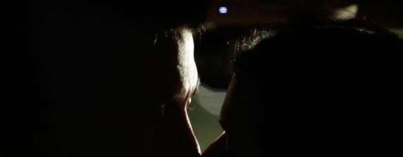 A jovem ganha uma carona do músico após uma aula e eles acabam se beijando