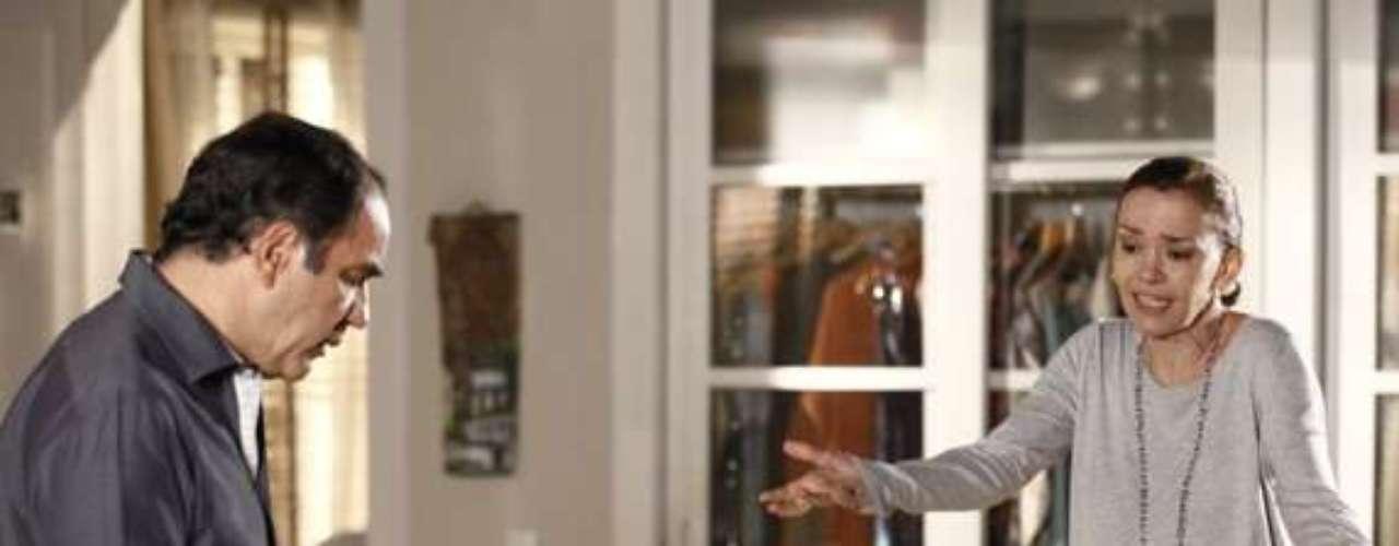 Helana (Júlia Lemmertz) fica nervosa ao ver o caderno da filha com desenhos de Laerte (Gabriel Braga Nunes)