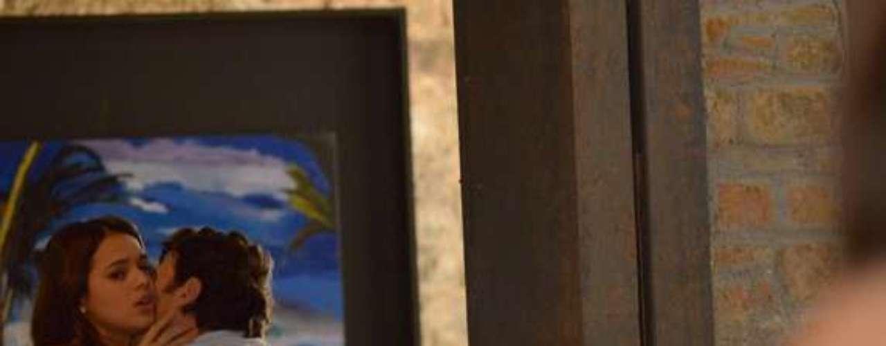 André (Bruno Gissoni) pega Luiza (Bruna Marquezine) e Laerte (Gabriel Braga Nunes) se beijando no Galpão Cultural