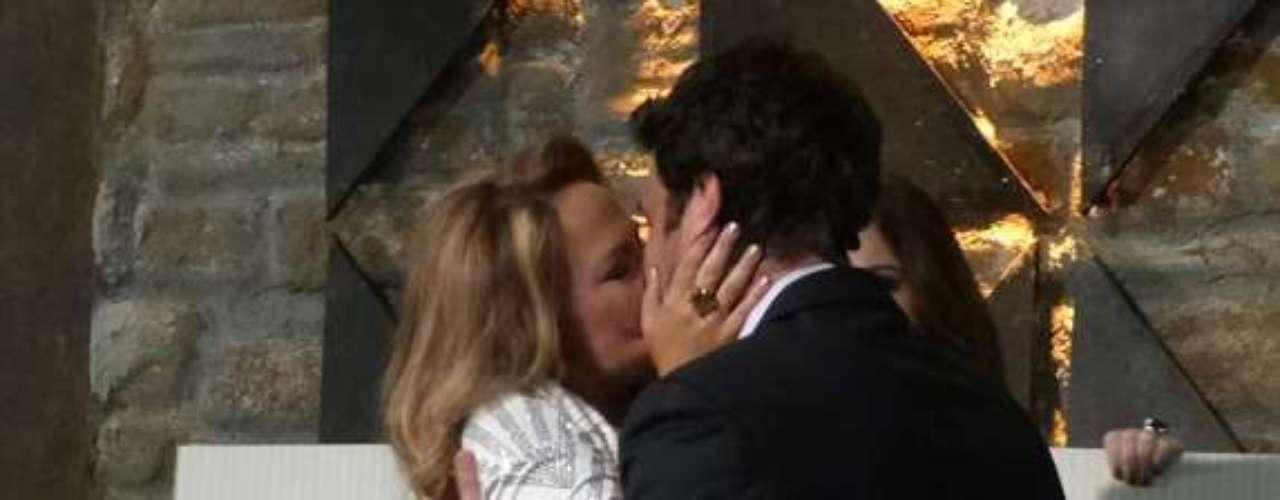 Shirley (Vivianne Pasmanter) beija Laerte (Gabriel Braga Nunes) na festa do Galpão Cultural