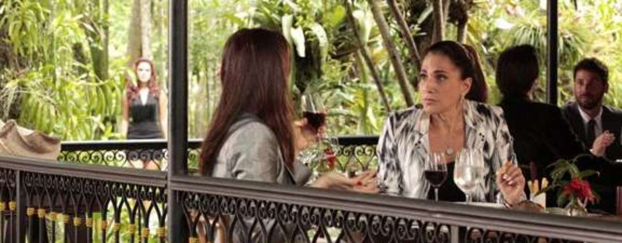 A modelo vê Wanda (Totia Meirelles) e Lívia (Claudia Raia) em encontro
