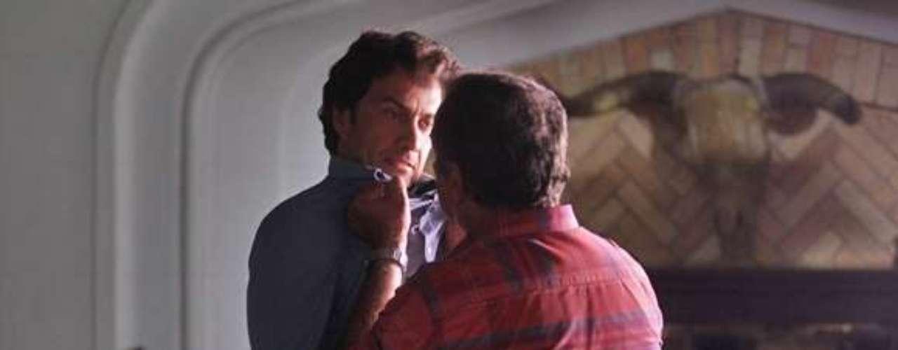 Virgílio (Humberto Martins) não gosta quando Laerte (Gabriel Braga Nunes) fala de Helena (Julia Lemmertz) e Luiza (Bruna Marquezine)