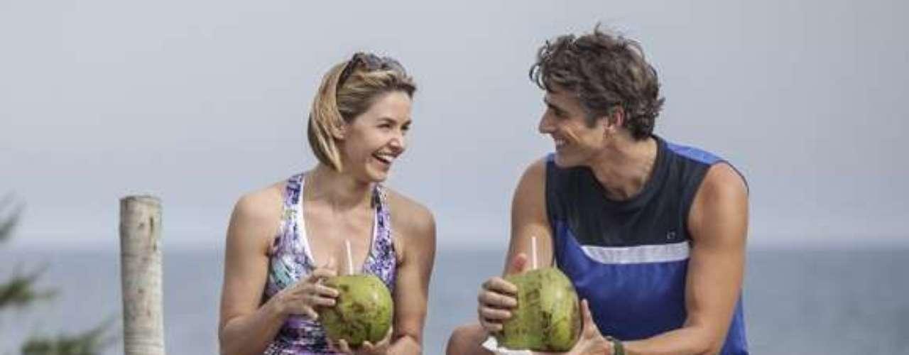 Clara chega à praia e encontra Cadu e Silvia passeando e conversando