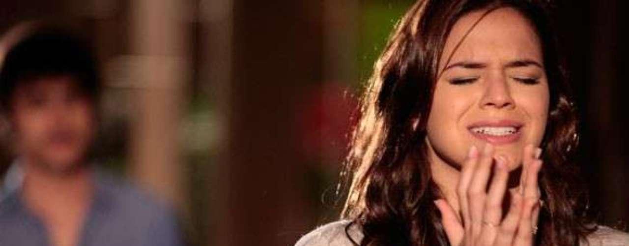 Helena (Bruna Marquezine) mente e diz que perdeu o bebê que esperava de Laerte (Guilherme Leicam). Ela se muda para o Rio de Janeiro com a mãe, os irmãos e Neidinha