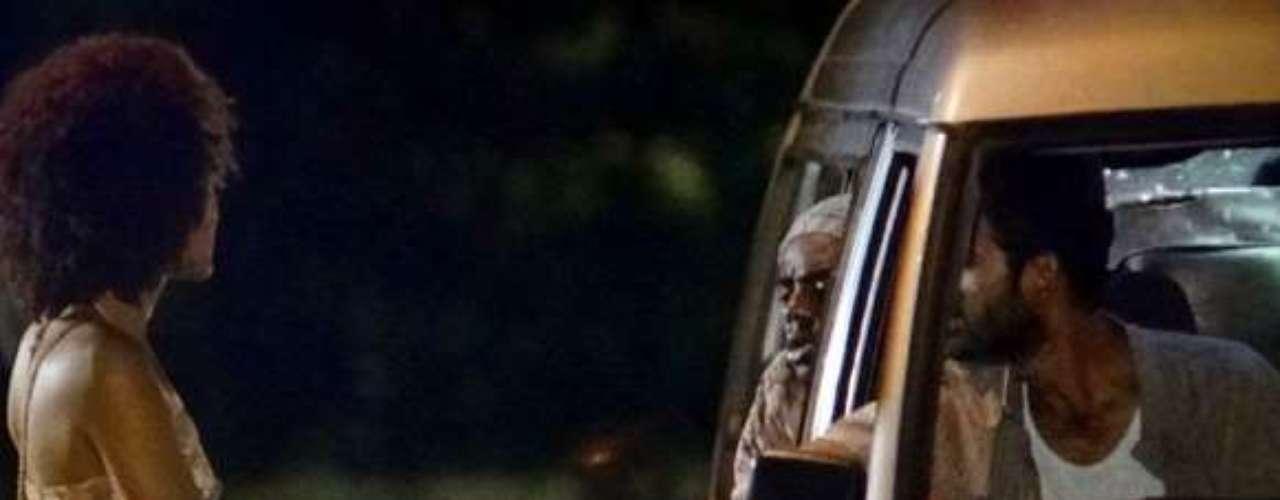 No Rio de Janeiro, Neidinha (Jessica Barbosa) entra em uma van com três homens e é violentada