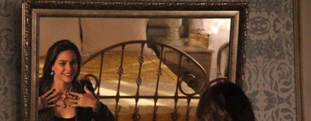 Leila (Fernanda Machado) se distrai pegando as joias e esquece de fugir do incêndio