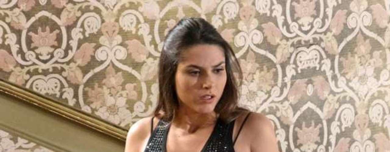 Leila (Fernanda Machado) tenta provar que tudo não passa da imaginação do namorado, mas encontra a luva que Nicole (Marina Ruy Barbosa) usou no dia do casamento