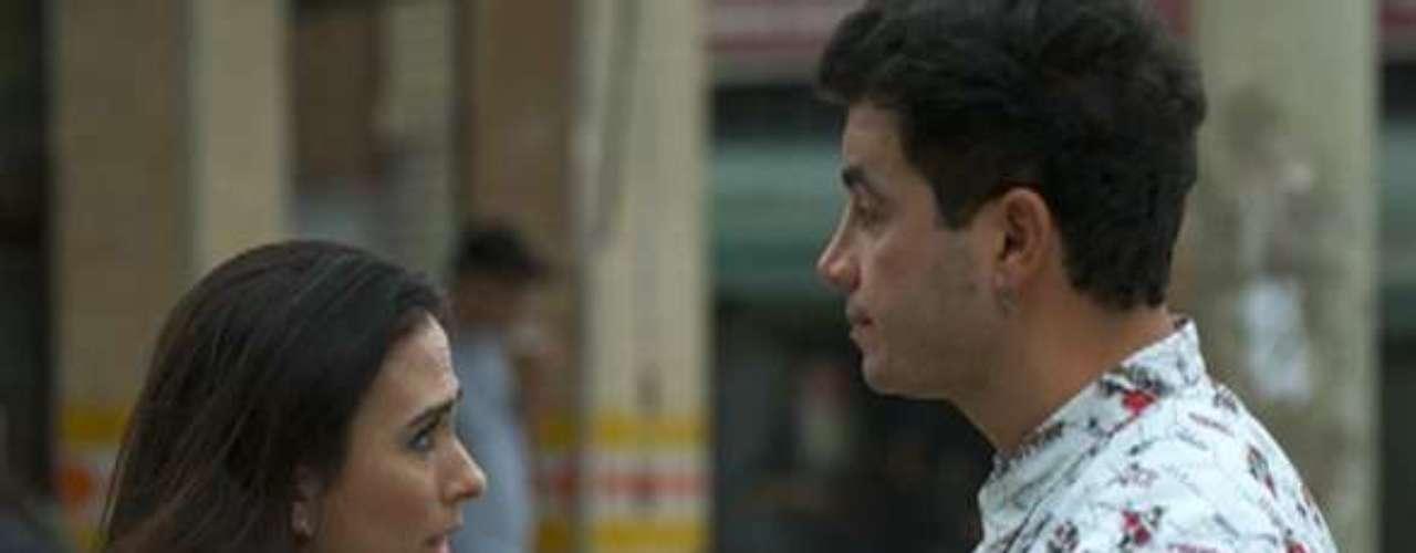 Valdirene (Tatá Werneck) diz que terá um filho de Cralito (Anderson Di Rizzi) e pede para ele ficar com ela
