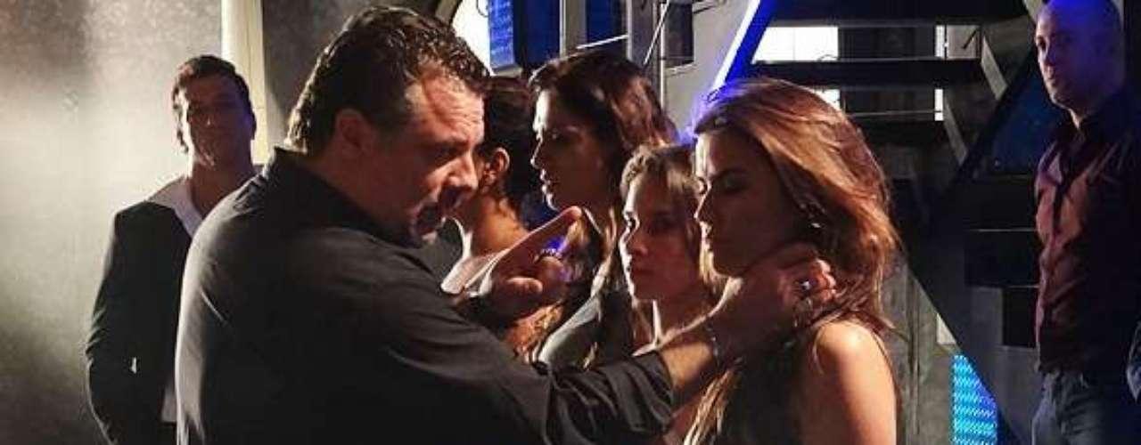 Russo (Adriano Garib) quer saber quem é o careca que visita Waleska (Laryssa Dias) toda semana, mas mesmo sob ameaças, ela consegue disfarçar e finge que não sabe nada sobre Almir (Murilo Grossi)