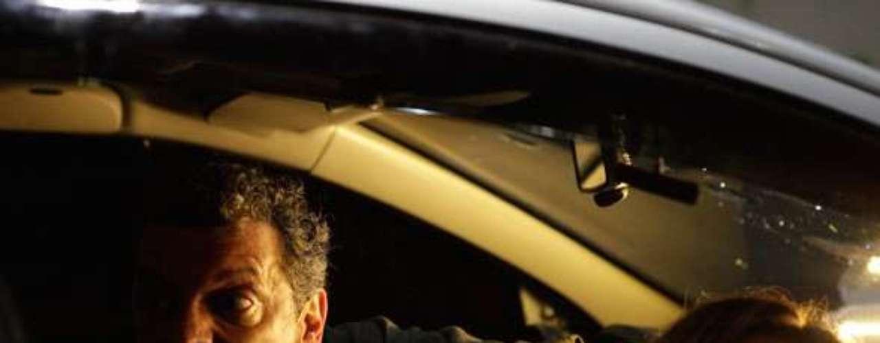 Barros (Marcelo Airoldi) e Lucimar (Dira Paes) se desesperam ao perceber que Morena (Nanda Costa) saiu do carro