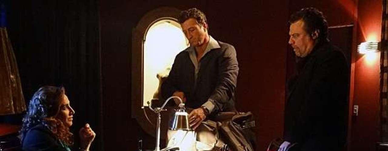 A filha de Morena (Nanda Costa) chega à Turquia dentro de uma mochila, levada por um dos capangas de Russo (Adriano Garib)