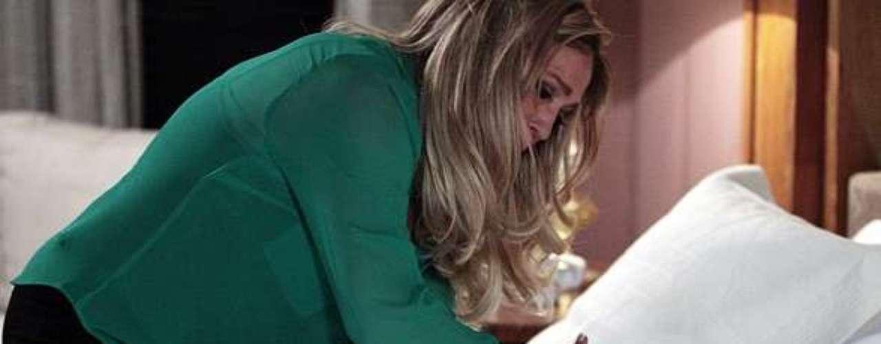 Pilar vai descobrir que Aline é a amante de César e vai dar uma surra daquelas na secretária do San Magno