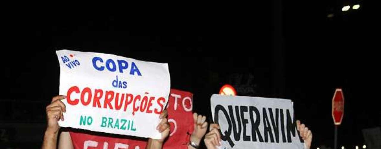 18 de junho - Em Balneário Camboriú, Santa Catarina, protesto teve início no calçadão da Praia Central