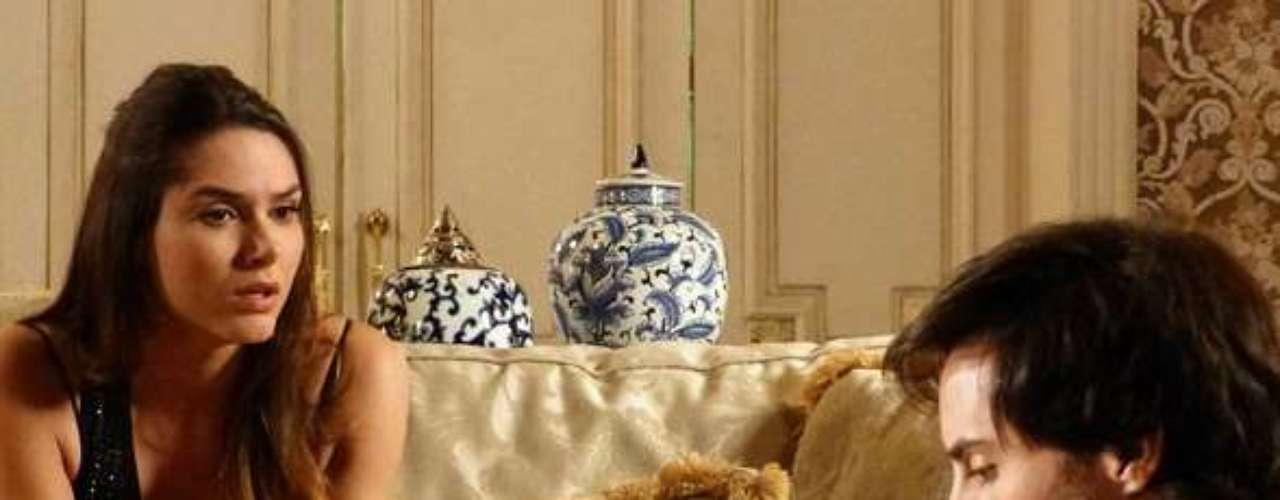 Leila (Fernanda Machado) se irrita com as visões que Thales (Ricardo Tozzi) tem de Nicole (Marina Ruy Barbosa)