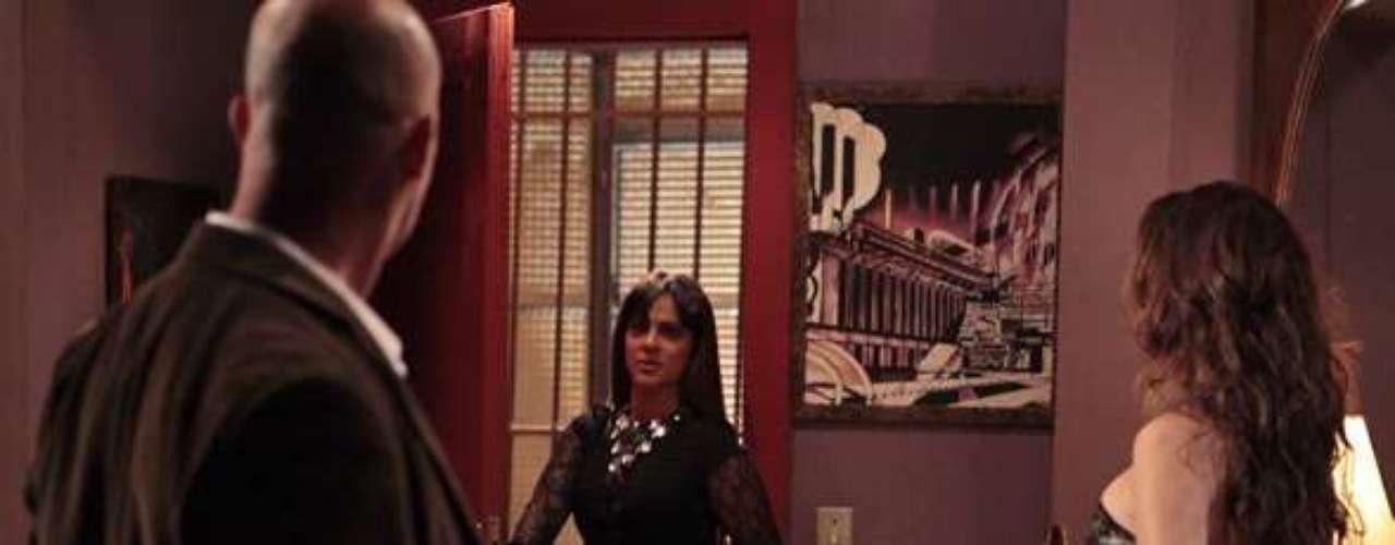 Jô (Thammy Miranda) aproveita que Russo (Adriano Garib) está testando os equipamentos que falharam e consegue avisar Almir (Murilo Grossi) que eles estão sendo filmados