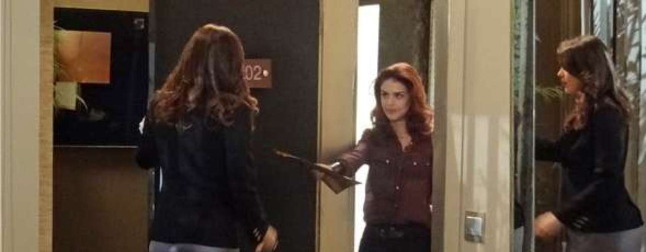Rosângela (Paloma Bernardi) aproveita uma brecha e vai até o hotel de Lívia (Claudia Raia) entregar papeis da boate da máfia para a chefona do tráfico