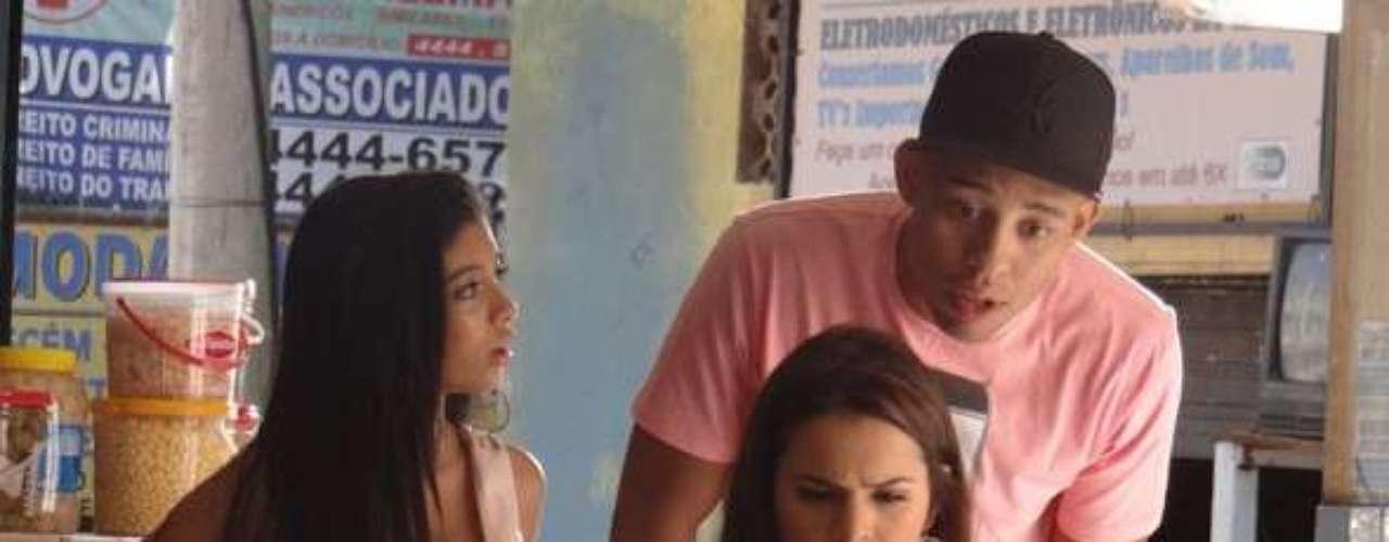 Lurdinha (Bruna Marquezine) se decepciona ao saber que Aisha (Dani Moreno) achou a mãe e que não é sua irmã