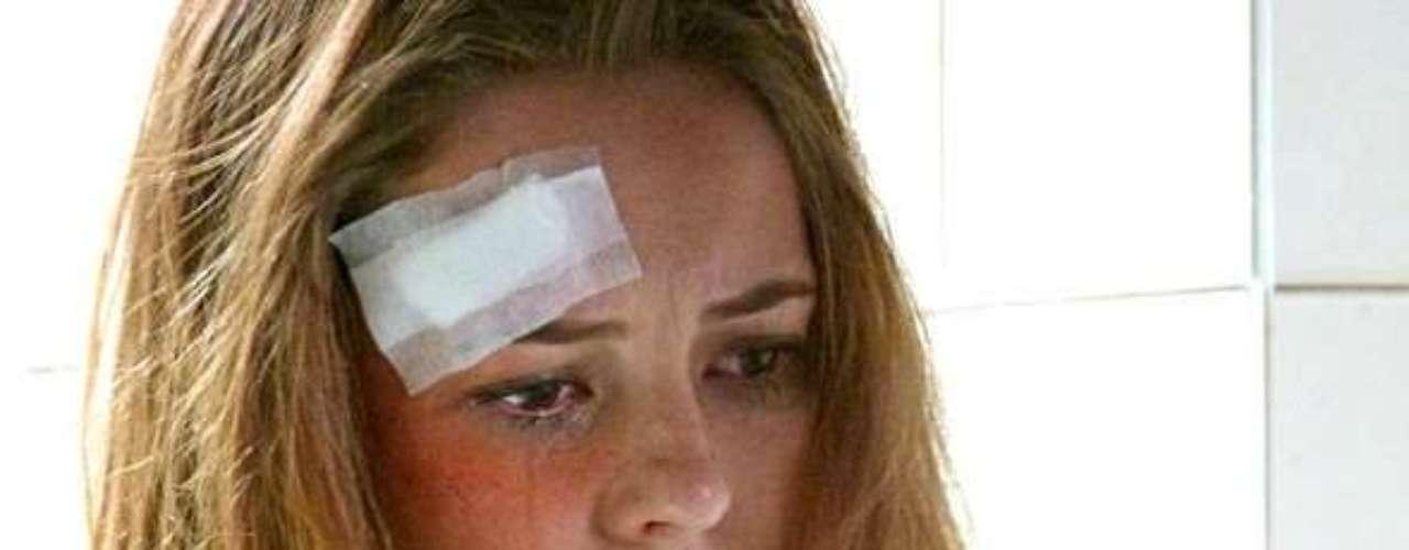 Paloma (Paolla Oliveira) será assediada e espancada durante faxina na cadeira. Ferida, a médica vai parar na enfermaria do local