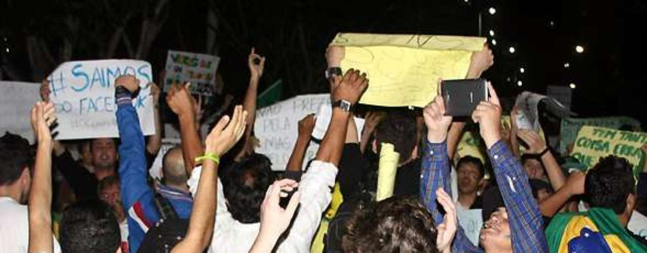 18 de junho - Manifestantes 'vestem' a bandeira brasileira durante protesto em Santa Catarina