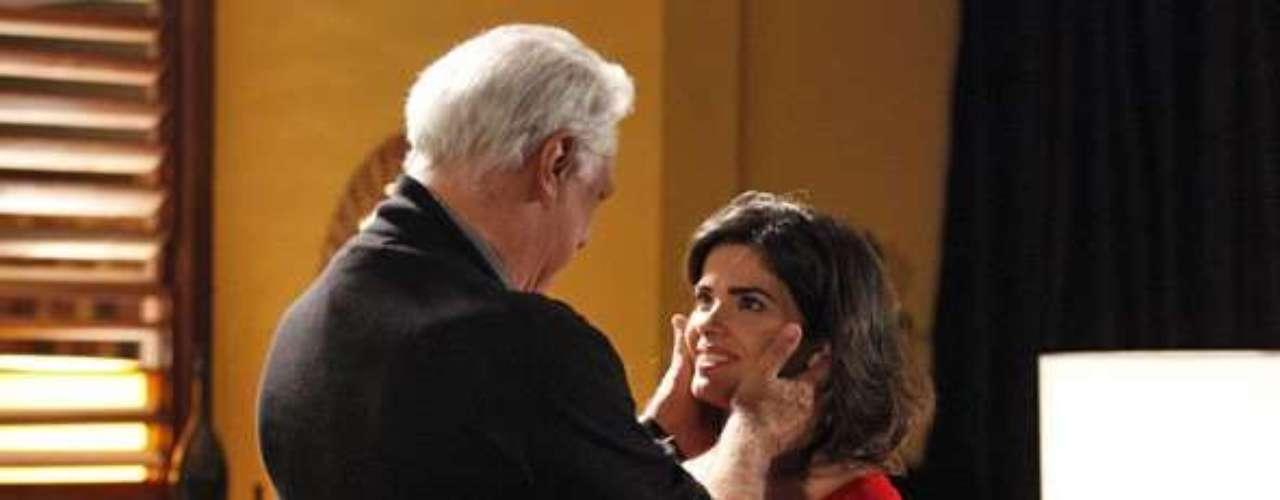 Aline (Vanessa Giácomo) usa a chegada do filho para manipular César (Antonio Fagundes)