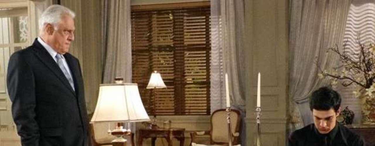 César (Antonio Fagundes) humilha Félix (Mateus Solano) e faz ele admitir que roubou o hospital na frente de toda a família