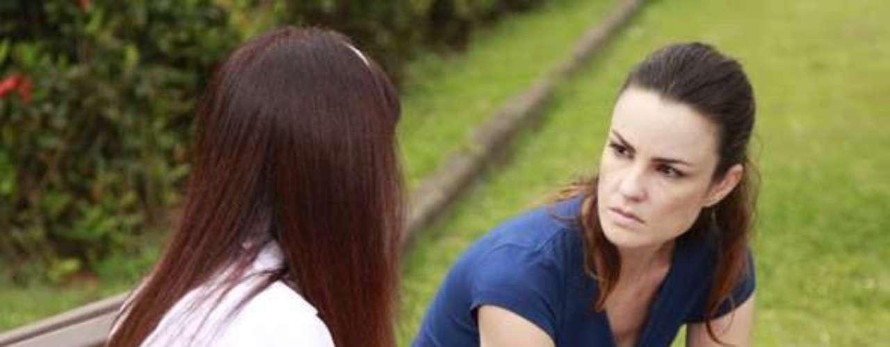 Depois de muito chorar por causa do fim do namoro com Herbert (José Wilker), Gina (Carolina Kasting) encontra a paz na igreja