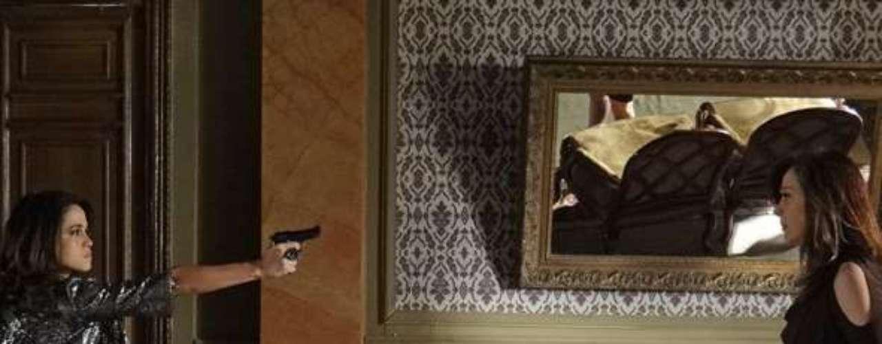 Morena (Nanda Costa) marca um encontro com Lívia (Claudia Raia) e, pressionada, a vilã acaba confessando todos os seus crimes, incluindo a morte de Jéssica (Carolina Dieckmann)