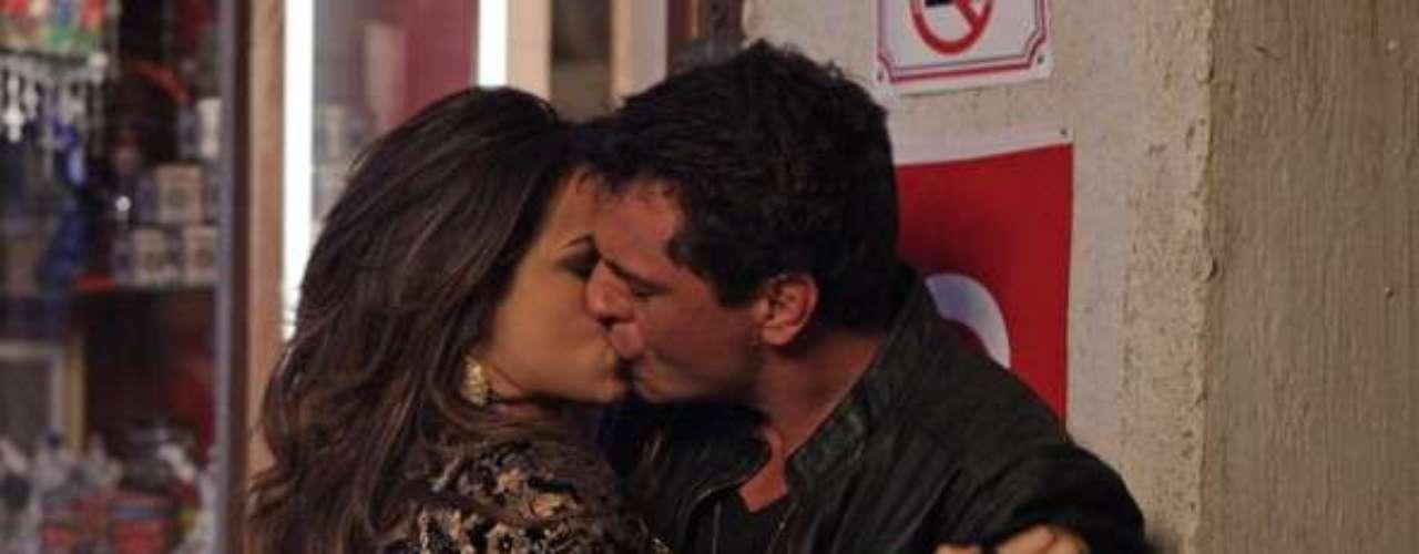 Théo (Rodrigo Lombardi) e Morena (Nanda Costa) vão participar de um plano da delegada Helô (Giovanna Antonelli) para tirar os seguranças de perto do escritório da máfia