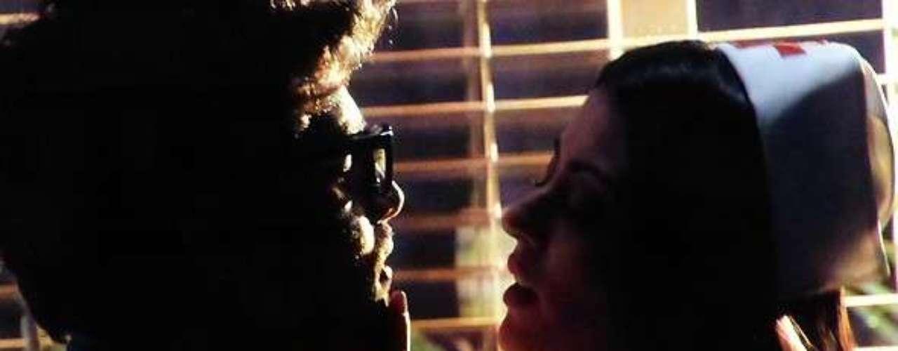 Silvia (Carol Castro) provoca o ex-marido, Michel (Caio Castro), quando ele chega tarde do trabalho