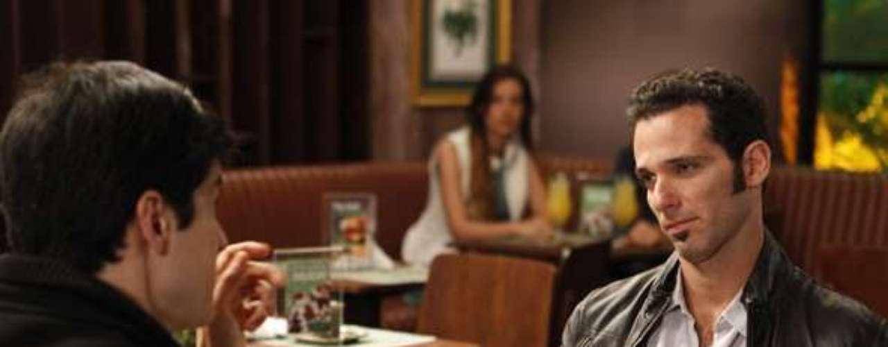 Félix (Mateus Solano) ameaça o primo e diz que se a mãe dele Priscila (Cristina Mutarelli), não votar nele para presidente, contará para a família da médica judia que ela está namorando um palestino que já lutou contra os judeus no Oriente Médio