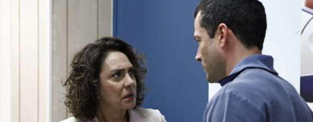Ordália (Eliane Giardini) ouve as desconfianças do filho, mas pede para ele não repetir as acusações sem ter provas