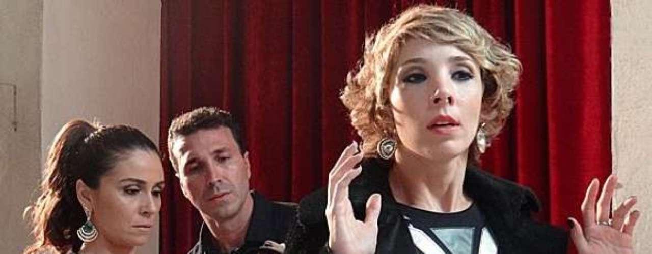 Helô (Giovanna Antonelli) desconfia de Riva (Rita Elmôr), arma uma emboscada e acaba descobrindo que ela não pertence à mafia, mas que faz parte da Interpol e estava investigando a quadrilha