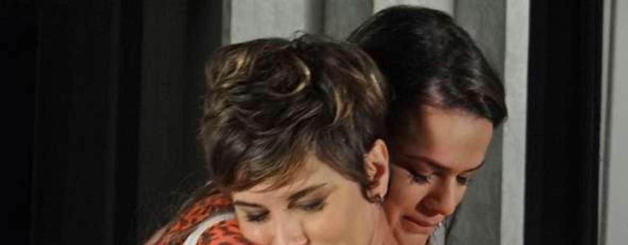 Lurdinha (Bruna Marquezine) vai atrás de Aisha (Dani Moreno) para tirar satisfações sobre a jovem ter ido embora do churrasco que Delzuite (Solange Badim) organizou para ela