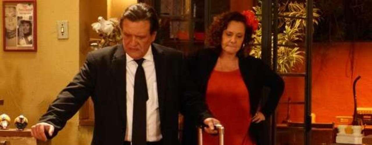 Atílio (Luis Melo) voltará a abandonar Márcia (Elizabeth Savalla) após ouvir a voz de Paloma (Paolla Oliveira) na casa da ex-chacrete