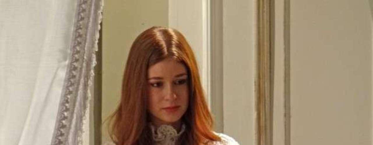 No meio de uma noite, Thales (Ricardo Tozzi) acorda e vê Nicole (Marina Ruy Barbosa) vestida de noiva e parada perto da porta. \
