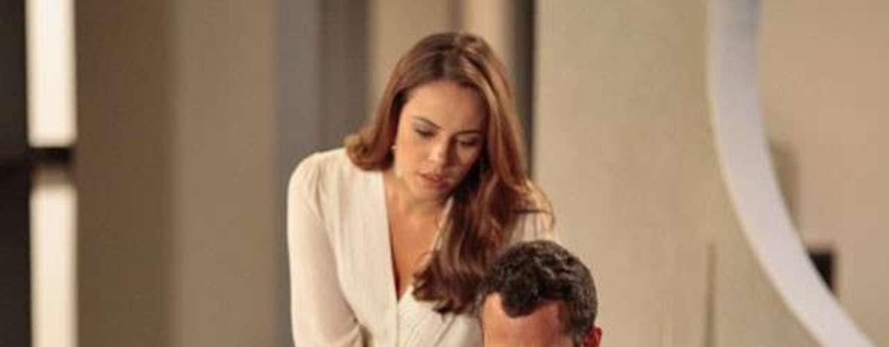 Paloma (Paolla Oliveira) e Bruno (Malvino Salvador) decidem investigar o sumiço de Paulinha (Klara Castanho) após o nascimento