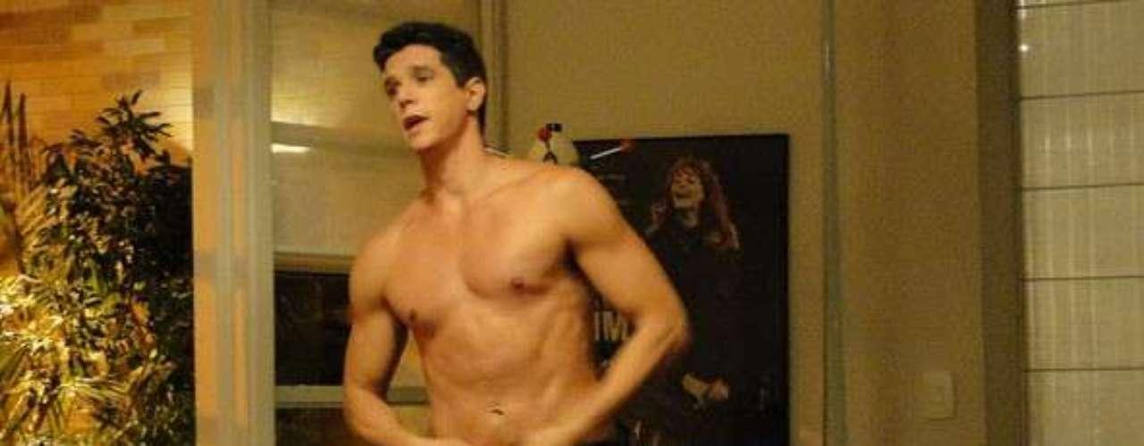 Guto (Márcio Garcia) provoca a ex-mulher para saber se ela sente ciúmes dele