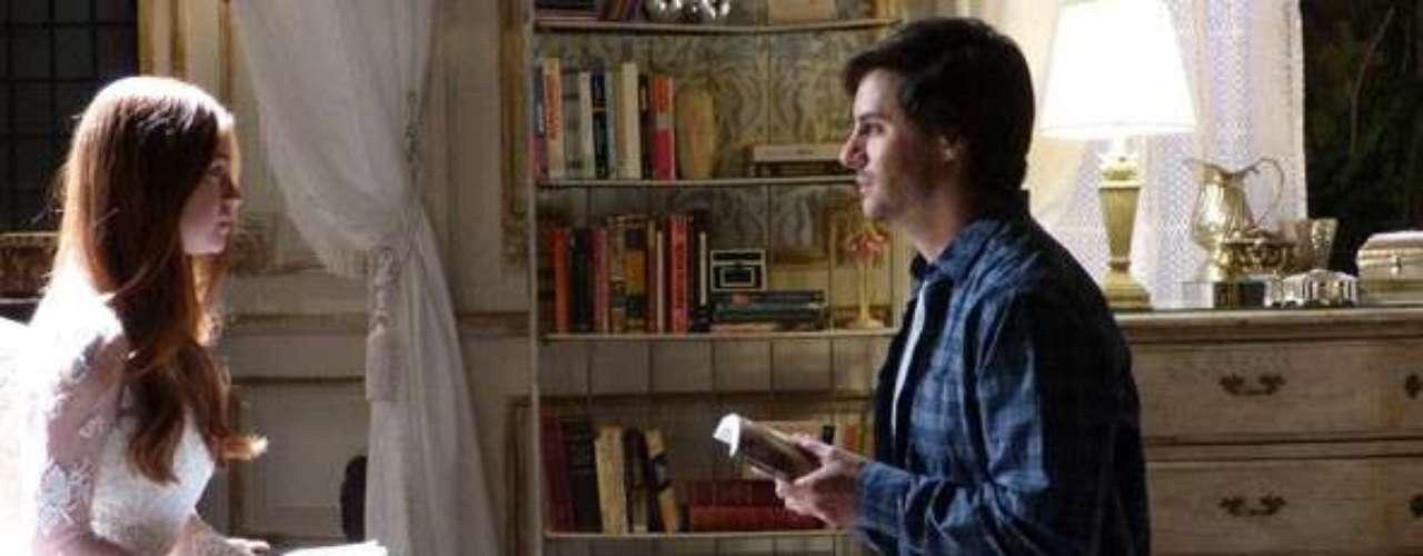 Thales (Ricardo Tozzi) mostra para Nicole (Marina Ruy Barbosa) o livro que escreveu sobre ela