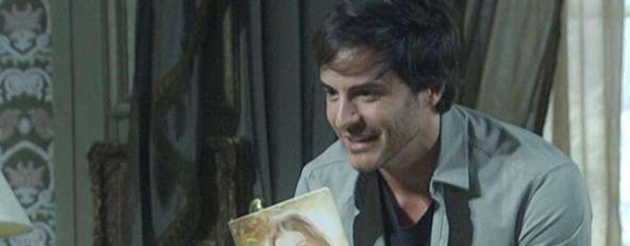 Thales (Ricardo Tozzi) publica romance sobre Nicole (Marina Ruy Barbosa) e chega em casa mostrando os exemplares