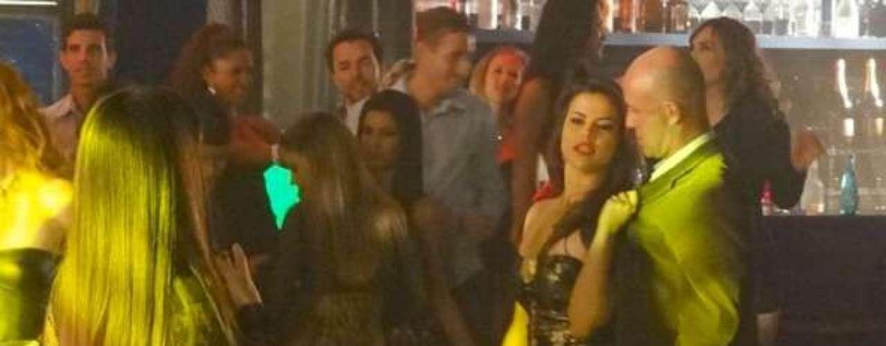 Jô (Thammy Miranda) tenta avisar Almir (Murilo Grossi) que os quarto estão com câmeras de seguranças, mas Waleska (Laryssa Dias) impede