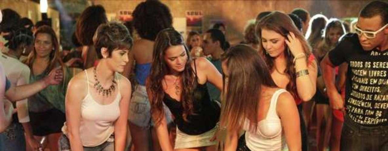Aisha (Dani Moreno) vai se esforçar para aprender os passos de funk e se enturmar com a irmã Lurdinha (Bruna Marquezine), no Morro do Alemão