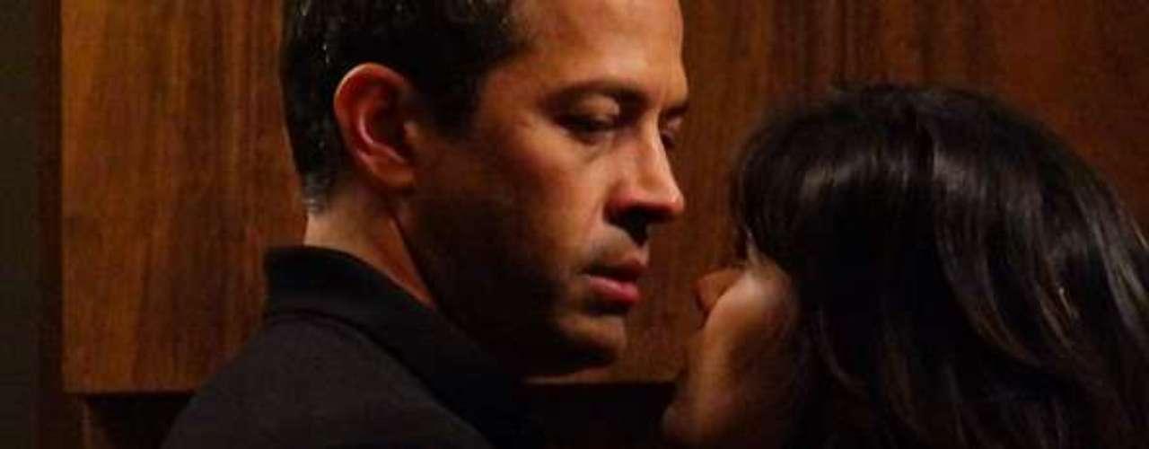 Aline (Vanessa Giácomo) pede a ajuda de Bruno (Malvino Salvador) com imóveis e aproveita para dar em cima dele